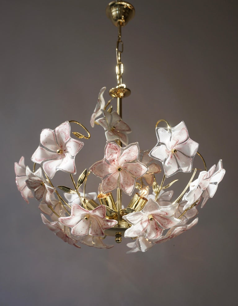 Italian Brass Chandelier with White Pink Colored Murano Glass Flowers In Good Condition In Antwerp, BE