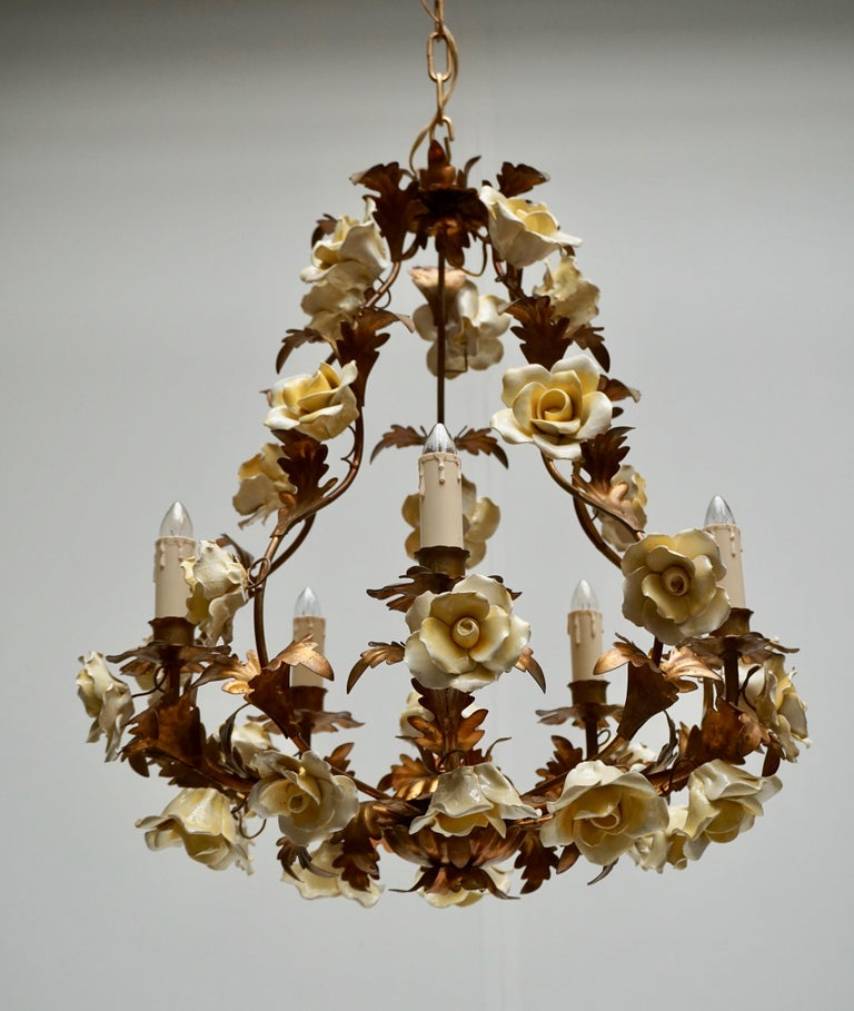 Italian Brass Chandelier with Yellow Porcelain Flowers In Good Condition For Sale In Antwerp, BE