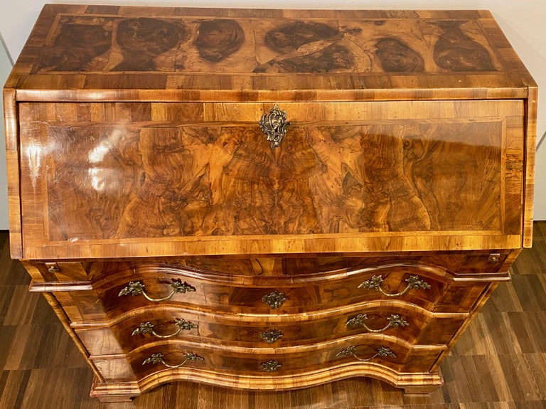 Italian burl walnut Venetian Rococo slant front desk, 18th century.  A Louis XV period walnut and burl walnut veneered Bureau. The inside of the slant front desk is fitted with one drawer on each side of a central door and a secret compartment on