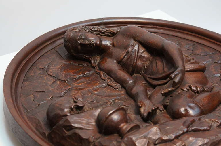 Italian Carved Oak Tondo Representing Maria Magdalene as a Penitent In Good Condition For Sale In Antwerp, BE