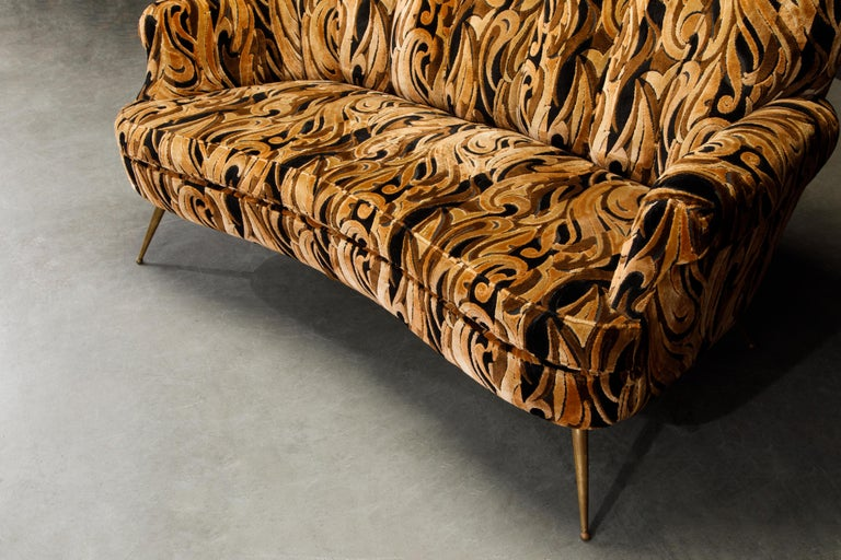 Italian Channel Tufted Curved Sofa in Cut Velvet with Brass Legs, 1950s For Sale 12