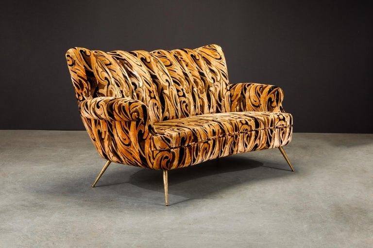 Italian Channel Tufted Curved Sofa in Cut Velvet with Brass Legs, 1950s In Good Condition For Sale In Los Angeles, CA