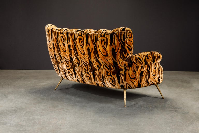 Italian Channel Tufted Curved Sofa in Cut Velvet with Brass Legs, 1950s For Sale 1