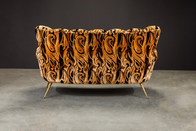 Italian Channel Tufted Curved Sofa in Cut Velvet with Brass Legs, 1950s For Sale 2