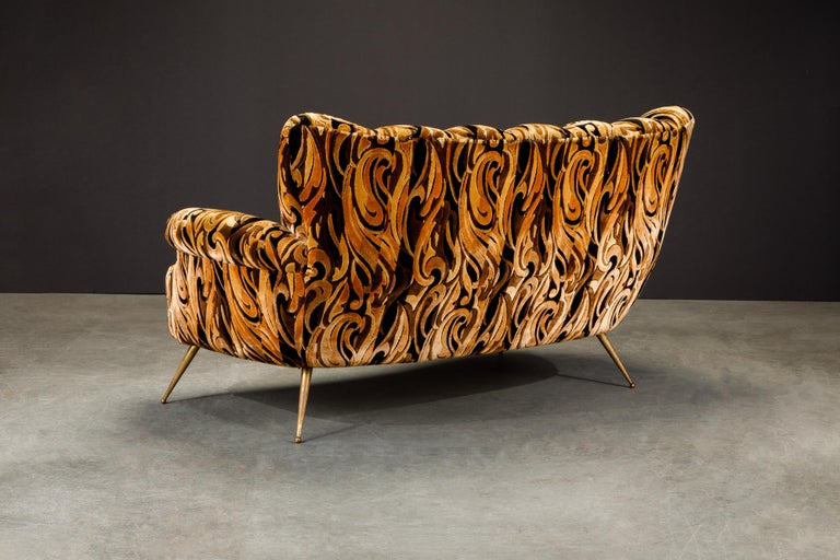 Italian Channel Tufted Curved Sofa in Cut Velvet with Brass Legs, 1950s For Sale 3