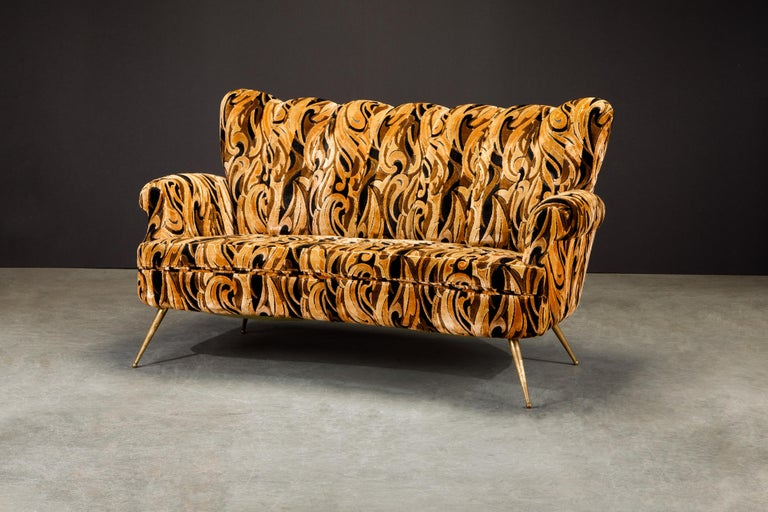 Italian Channel Tufted Curved Sofa in Cut Velvet with Brass Legs, 1950s For Sale 4