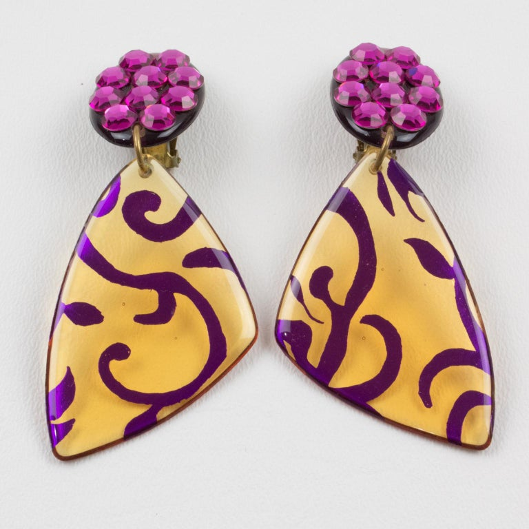 Italian Dangling Lucite Clip-on Earrings Fuchsia Pink and Applejuice In Excellent Condition For Sale In Atlanta, GA