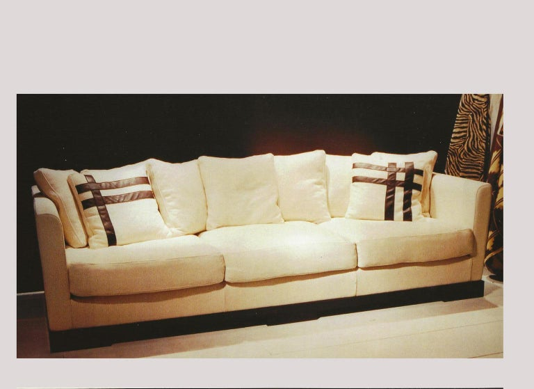 This very comfortable sofa, in camel color, has a large and deep seat, with a taut backrest that becomes soft with the smooth five pillows on it, in linen and silk fabric. The large dimensions, depth and wide, of the seat, permit to use it as a