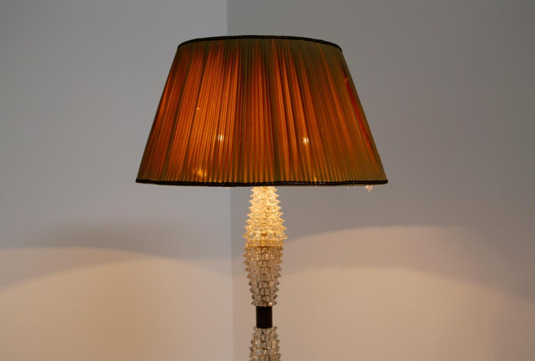 Elegant Italian floor lamp made by Barovier & Toso in 1940. The beauty of this lamp is given by its execution in Rostrato glass that enhances its particularity. In fact the pyramid-shaped rostrato creates an elegant and defined design. At each