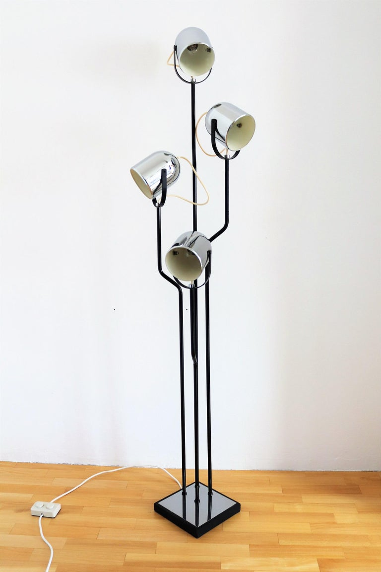 Italian Floor Lamp with Four Lights by Reggiani in Chrome and Black, 1970s In Good Condition For Sale In Clivio, Varese