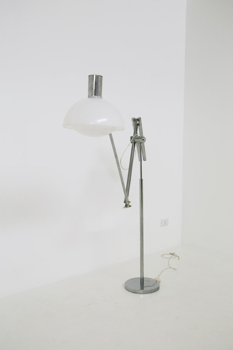 Italian floor lamp from the 1960s adjustable. The lamp is in excellent condition and working. The lamp through its steel stem and a mechanism is adjustable, extends both in length and height. Its balance mechanism can easily adjust the lamp in
