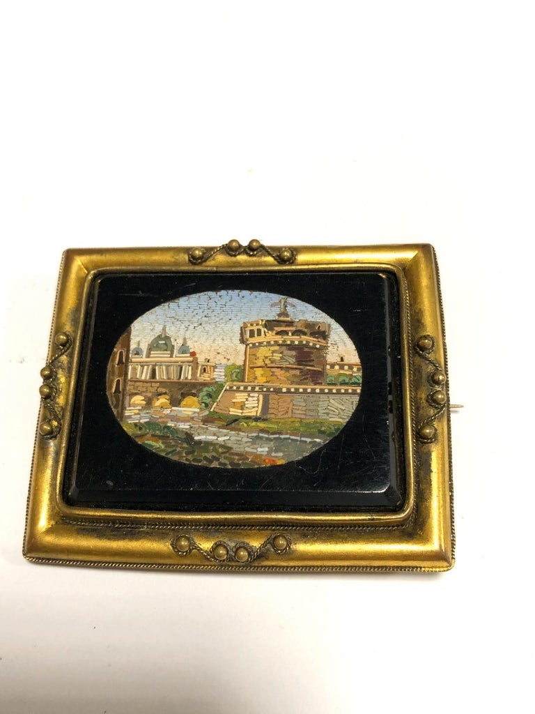 Italian Gilt-Metal Mounted Brooch Set with a Micromosaic Plaque Rome, circa 1830 In Good Condition For Sale In Firenze, IT