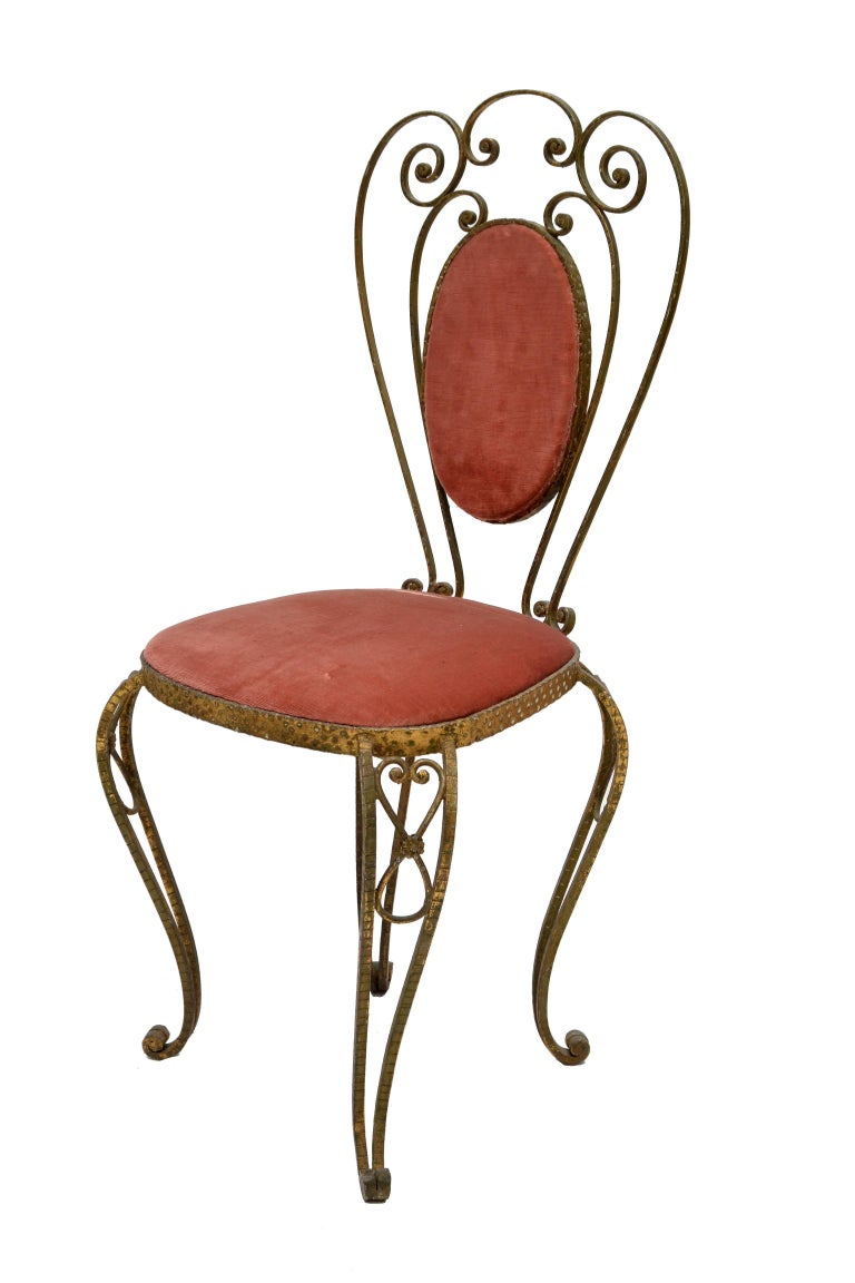 Whimsical Art Deco style Italian gold leaf hand-hammered wrought iron vanity chair in golden finish with pink velvet upholstery by Pier Luigi Colli.