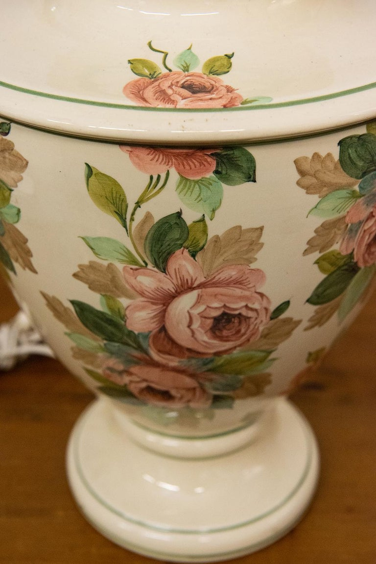 Italian Hand Painted Ceramic Table Lamp with Roses In Excellent Condition For Sale In Alessandria, Piemonte