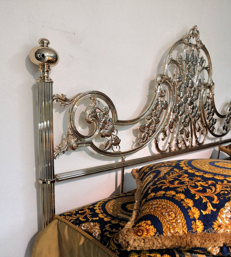 Beautiful and stylish Italian geometric and Baroque shiny brass king size bed frame. A great piece that perfectly adds to every home decor the typical glitz, glamour, and gold of Hollywood Regency style, with a nod to Art Deco decadence and