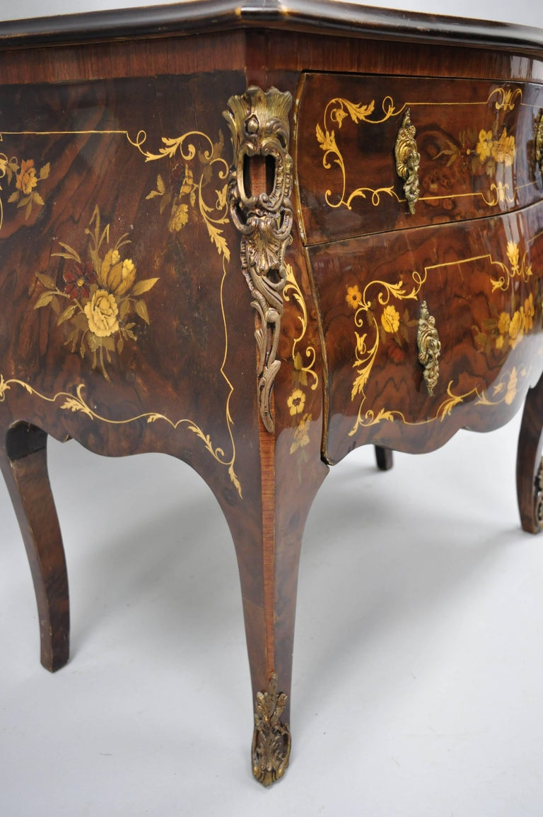 Bronze Pair Italian Inlaid French Louis XV Bombe Nightstands Commode by Roma Furniture For Sale