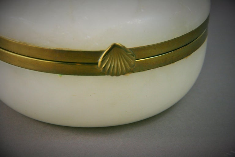 Italian Large White Alabaster Trinket Box In Good Condition For Sale In Douglas Manor, NY