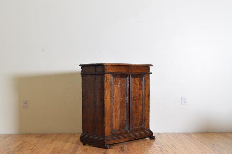 Italian Late Baroque Walnut Flip Top 2-Door Credenza/Cabinet, Early 18th Century In Good Condition For Sale In Atlanta, GA