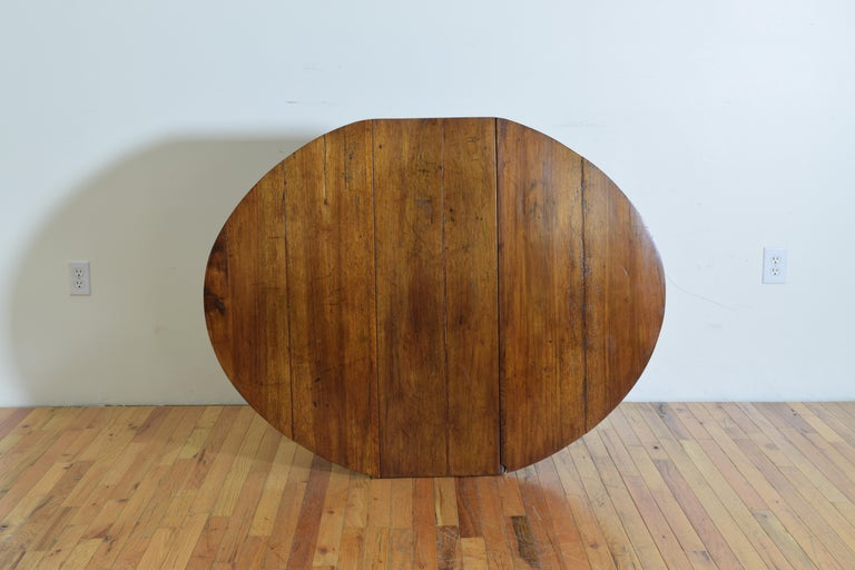 Italian Light Walnut Drop-Leaf Table, Early 18th Century For Sale 8