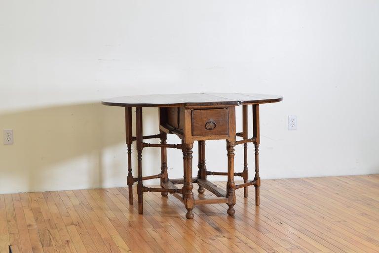 Italian Light Walnut Drop-Leaf Table, Early 18th Century In Good Condition For Sale In Atlanta, GA