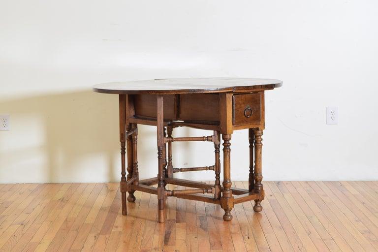 Italian Light Walnut Drop-Leaf Table, Early 18th Century For Sale 1