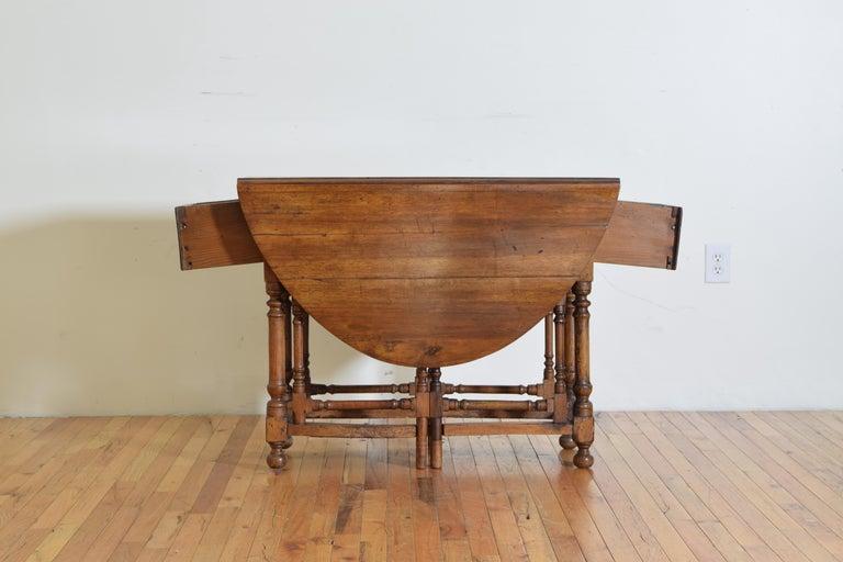 Italian Light Walnut Drop-Leaf Table, Early 18th Century For Sale 5