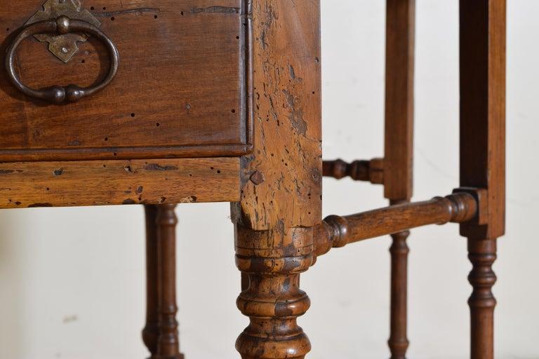 Italian Light Walnut Drop-Leaf Table, Early 18th Century For Sale 6