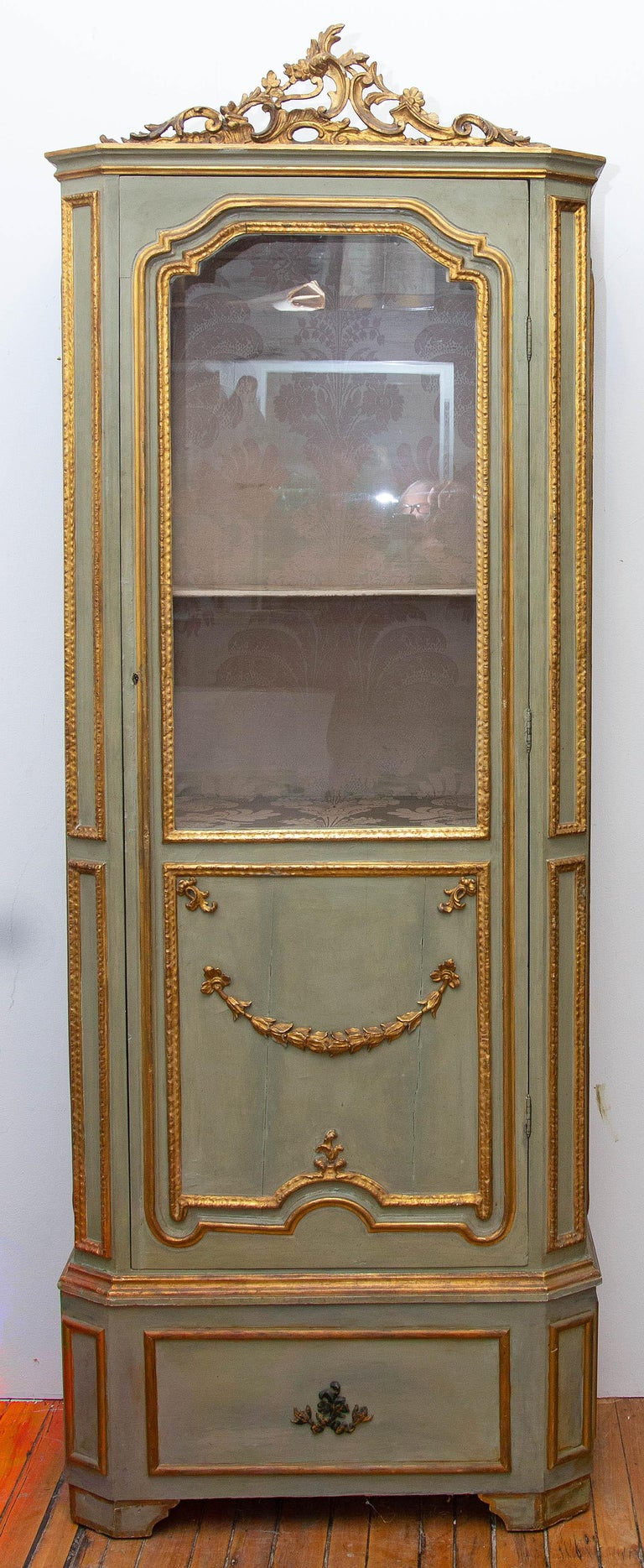 19th century Italian painted and parcel-gilt curio cabinet. Carved wood. Louis XVI style. Original damask silk interior. Fitted with an interior light.