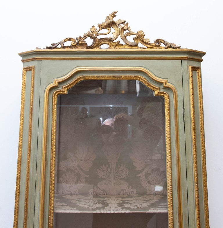 Italian Louis XVI Painted and Parcel-Gilt Curio Cabinet In Good Condition For Sale In Rochester, NY