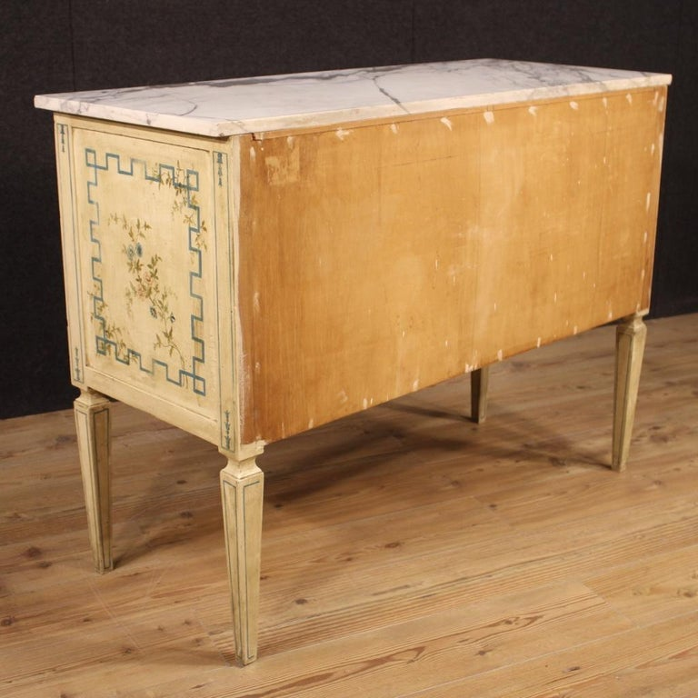 Italian Louis XVI Style Chest of Drawers in Lacquered and Painted Wood In Good Condition For Sale In London, GB