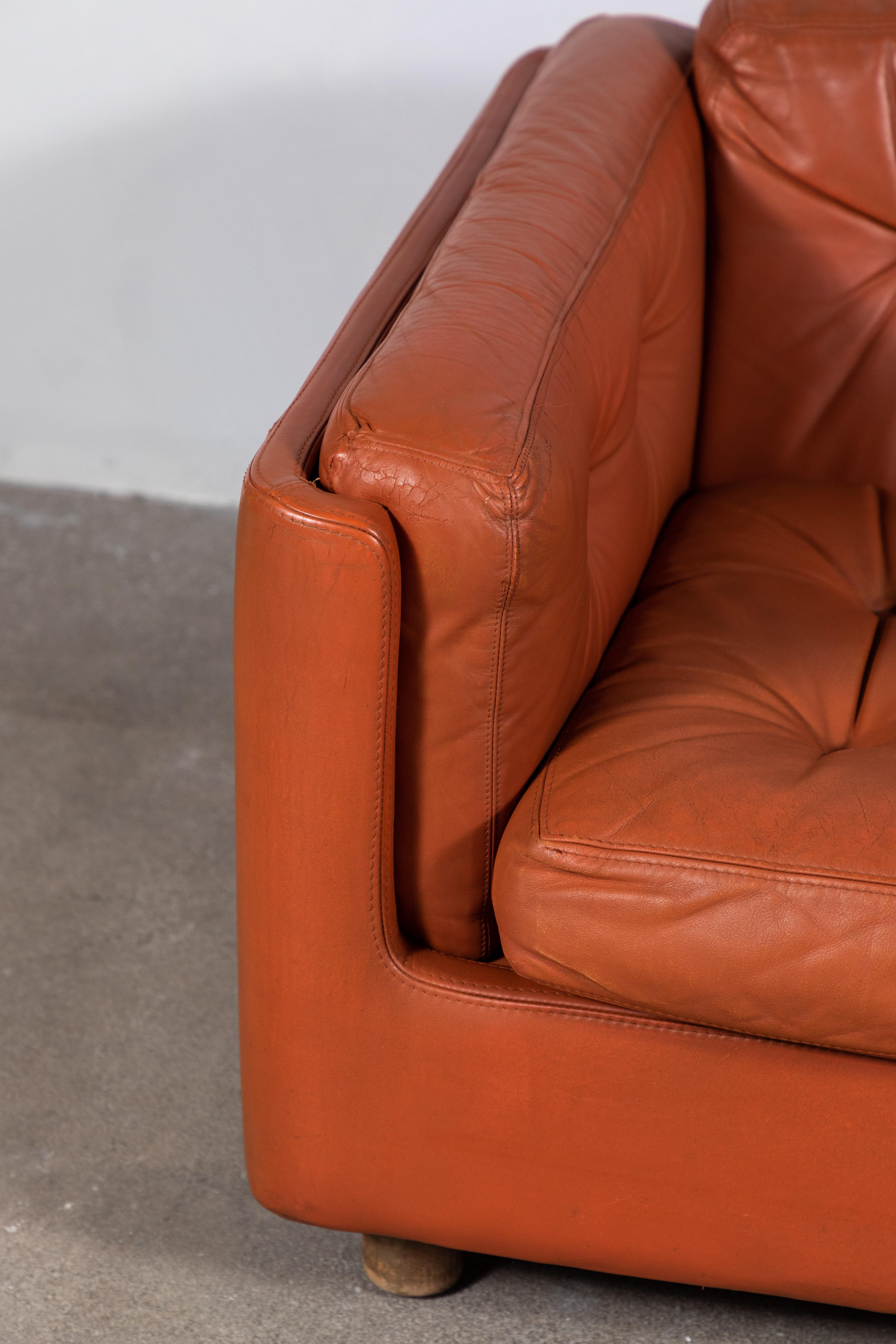 Italian Low Leather Modern Sofa With Curved Corners By Zanotta