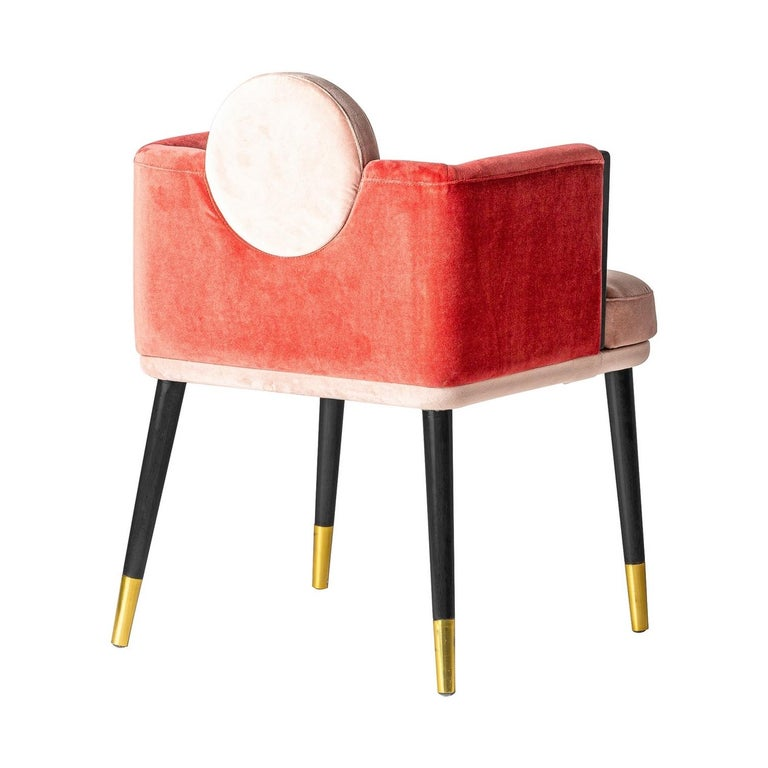 Italian design chair in a black lacquered walnut wooden with gold feet finish adorned with graphic powdery pink velvet back and seat. Around the dining table, it will be perfect near your desk or dressing table too!