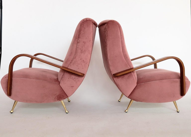 Italian Midcentury Armchairs in Mahogany, Brass and Coral Red Velvet, 1950s In Good Condition For Sale In Clivio, Varese