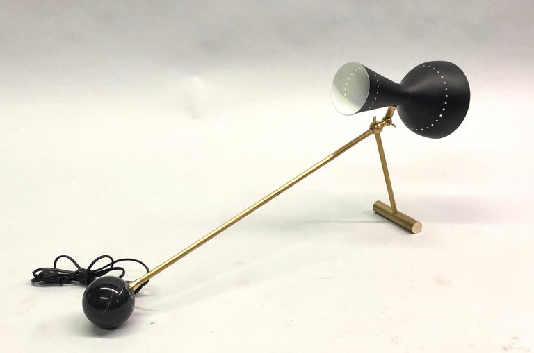 Italian Midcentury Brass Articulating and Counter-Balance Desk Lamp, Arredoluce In Excellent Condition For Sale In New York, NY