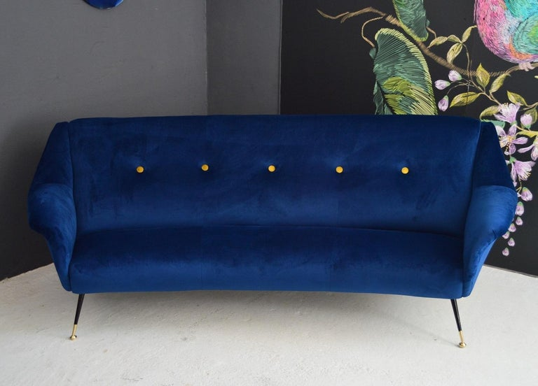 Italian Mid-Century Modern Curved Sofa Reupholstered in Blue Velvet, 1950s In Excellent Condition For Sale In Clivio, Varese