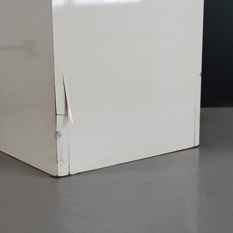 Italian Mid-Century Modern Glossy White Lacquered Wood Shop Display, 1970s For Sale 4