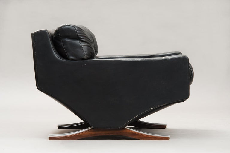 Varnished Italian Mid-Century Modern Large Armchair For Sale