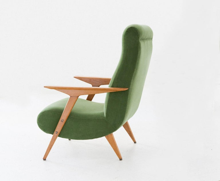 Italian Mid-Century Modern Oakwood and New Green Velvet Armchair, 1950s For Sale 3