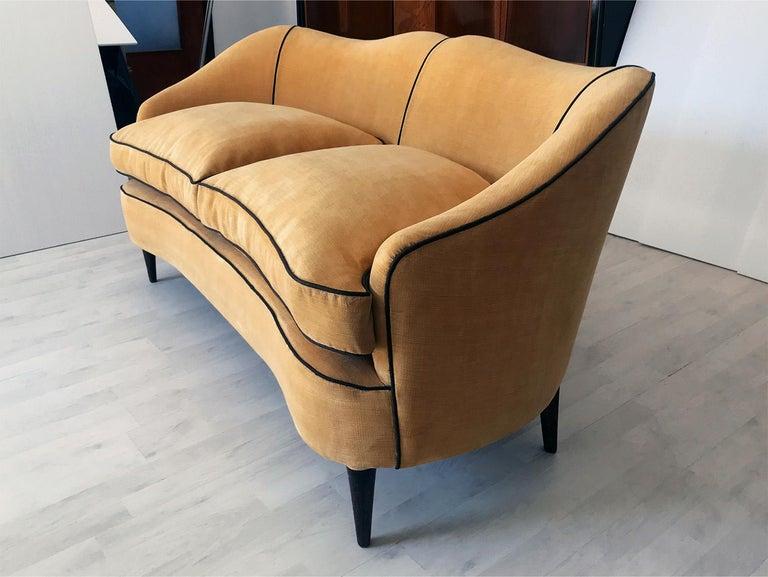 Italian Mid-Century Sofa Two-Seat in Yellow Velvet, 1950s In Good Condition In Traversetolo, IT