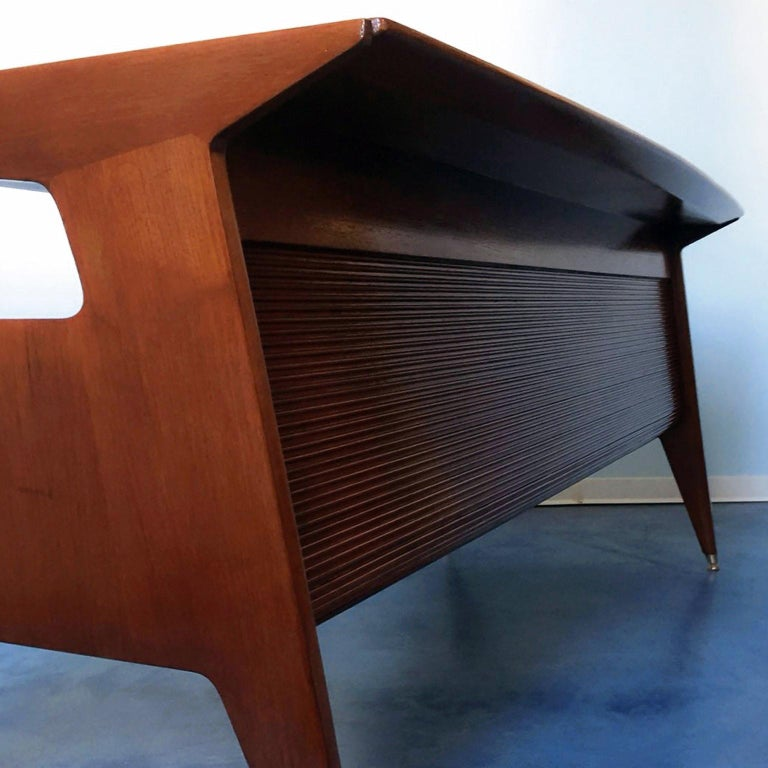 Italian Midcentury Walnut Executive Desk Attributed to Guglielmo Ulrich, 1950s For Sale 6