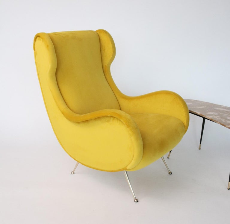 Italian Midcentury Armchair in Sunny Yellow Velvet and Brass Feet, 1950s In Good Condition For Sale In Clivio, Varese