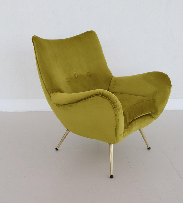 Italian Midcentury Armchair in Velvet and Brass, 1950s In Good Condition For Sale In Clivio, Varese