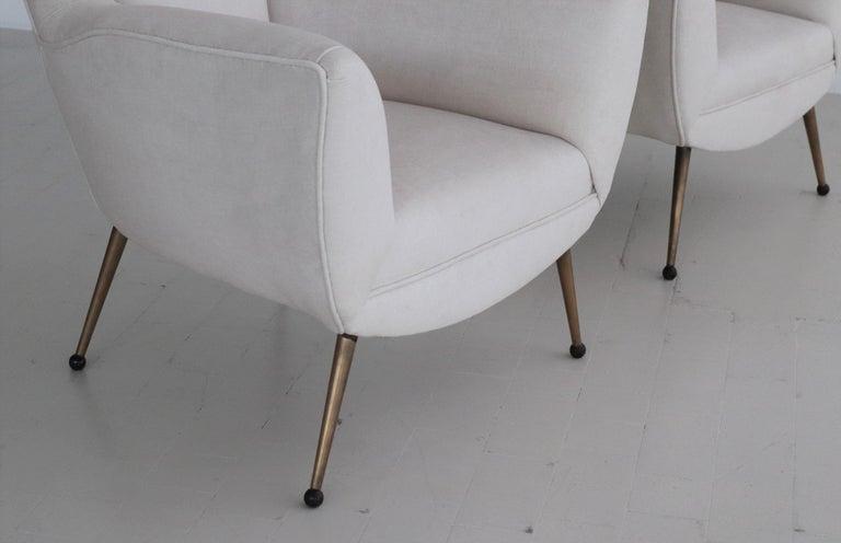 Italian Midcentury Armchairs in White Velvet in Gigi Radice Style, 1950s For Sale 9