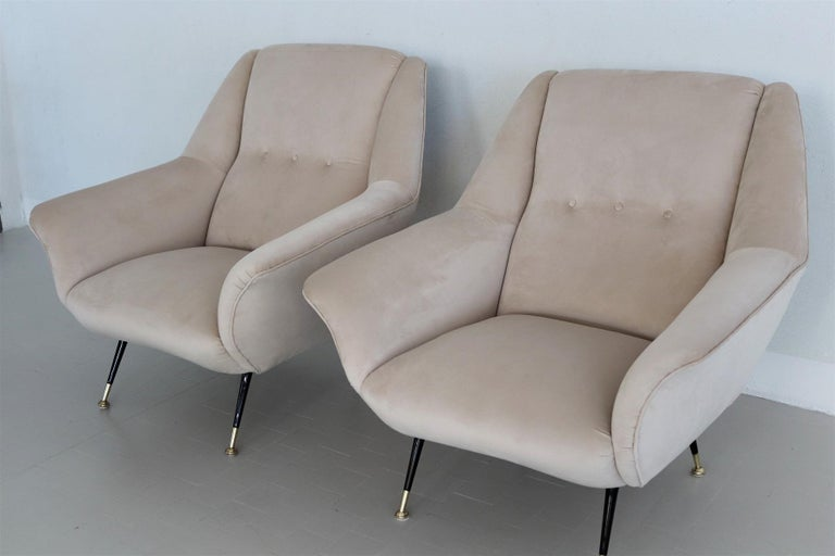 Italian Midcentury Armchairs Restored in Beige Soft Velvet and Brass, 1950s In Good Condition For Sale In Clivio, Varese