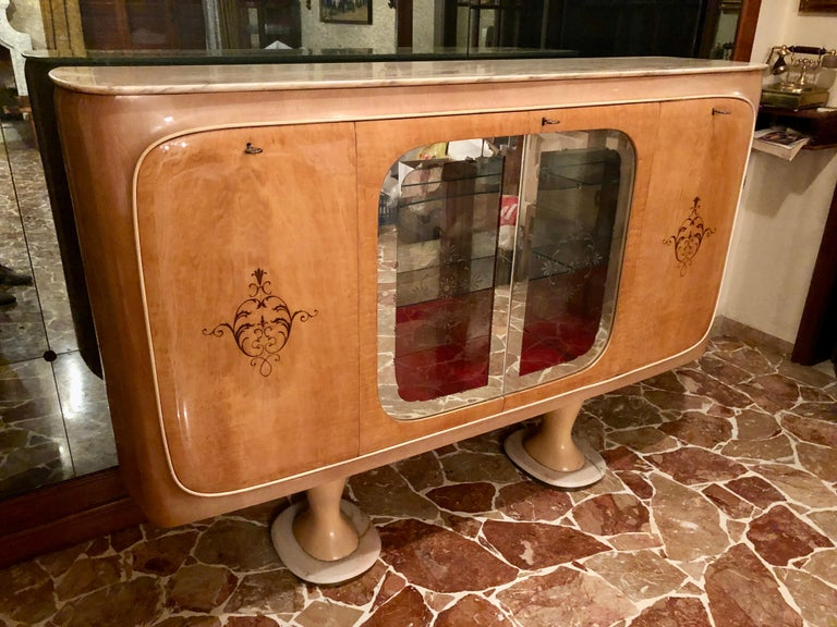 Beautiful Italian midcentury sideboard cabinet bar made of maple and birch burl, with Portuguese marble top, by Marelli & Colico, Cantù, 1950. The central compartment is composed of glass shelves decorated with mirrors.