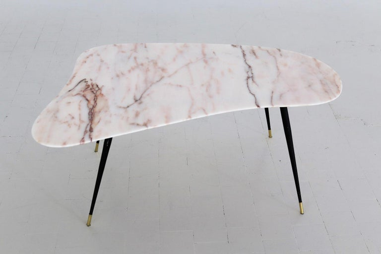 Italian Midcentury Coffee Table with Kidney Shape Marble Top and Brass Tips 1950 For Sale 10