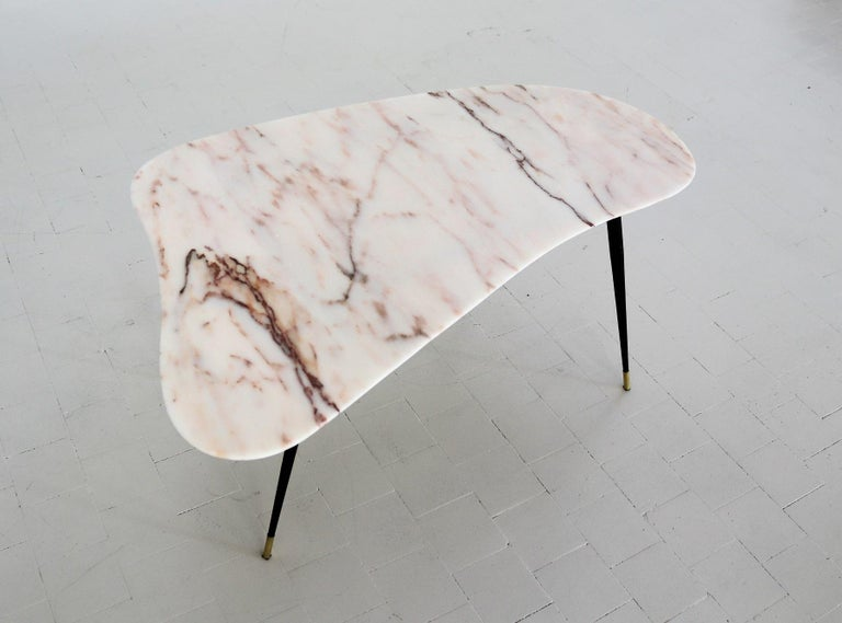 Italian Midcentury Coffee Table with Kidney Shape Marble Top and Brass Tips 1950 For Sale 12