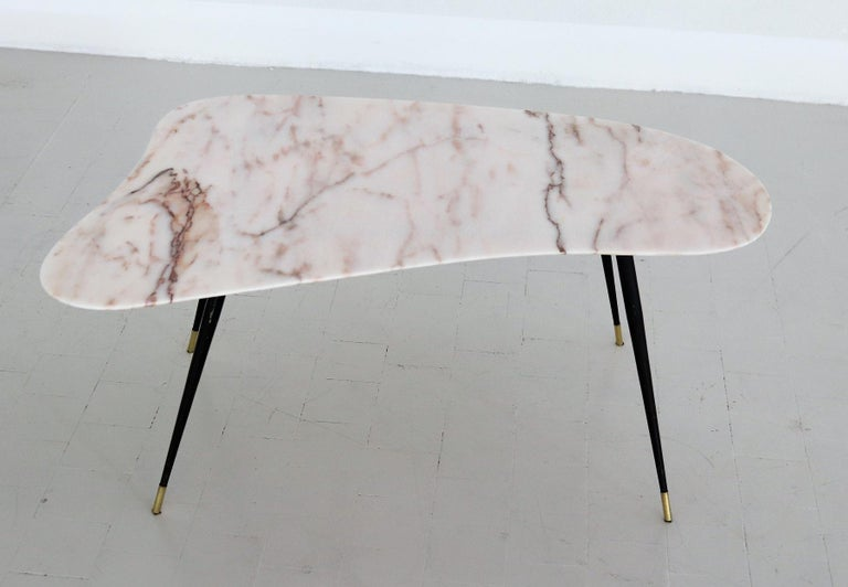 Italian Midcentury Coffee Table with Kidney Shape Marble Top and Brass Tips 1950 In Good Condition For Sale In Clivio, Varese