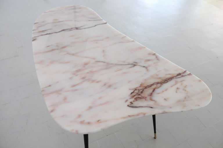 Italian Midcentury Coffee Table with Kidney Shape Marble Top and Brass Tips 1950 For Sale 1