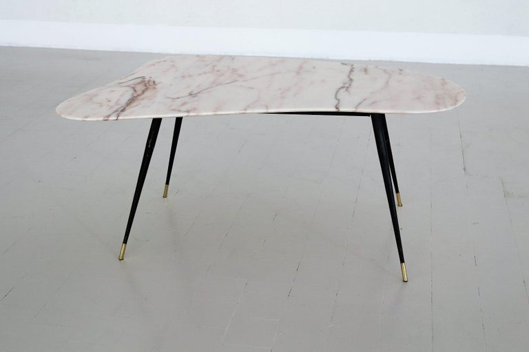 Italian Midcentury Coffee Table with Kidney Shape Marble Top and Brass Tips 1950 For Sale 2